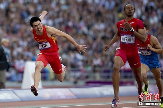 当地时间8月8日,伦敦奥运男子110米栏半决赛中,中国小将谢文骏排名第九,无缘决赛。图为谢文骏在110米栏半决赛中。记者 盛佳鹏