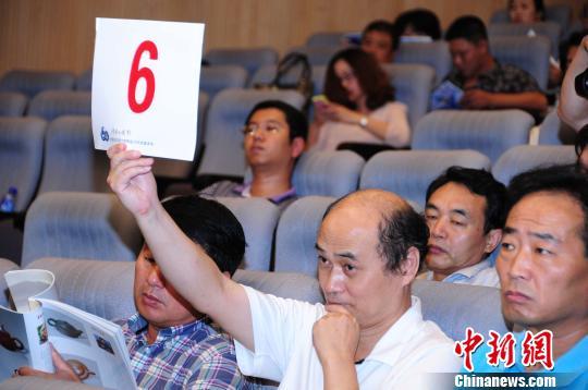 """""""中国当代名家大师精品力作拍卖会""""8日在天津港博览馆举行。图为拍卖会现场。薄承摄"""
