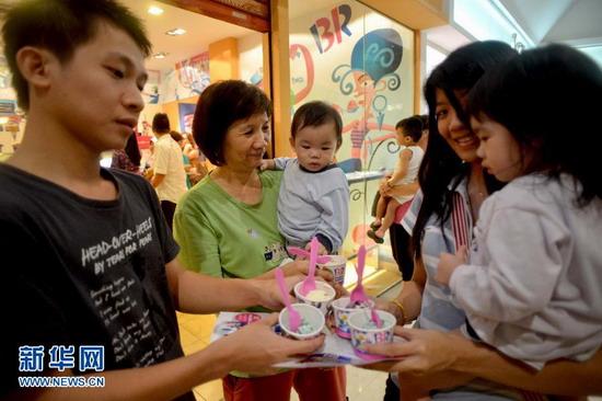 8月8日,一位小朋友在品尝免费冰激凌。