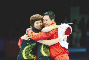 8月7日,中国乒乓球女队夺得伦敦奥运会女子团体冠军后,主教练施之皓(右一)与队员拥抱庆祝。 新华社发