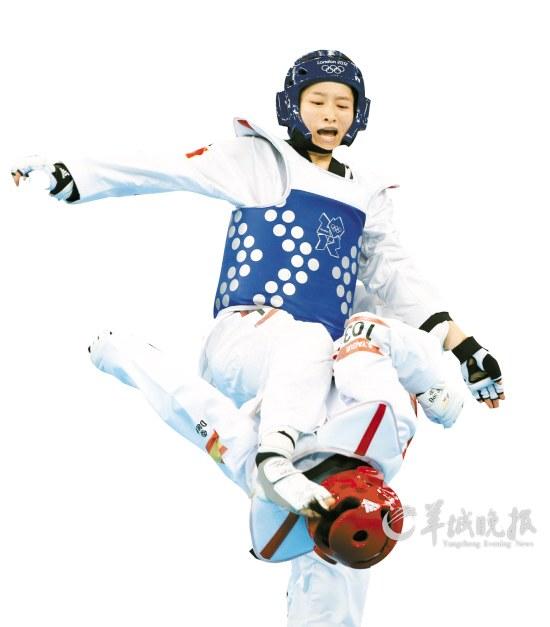 吴静钰上在比赛中气势逼人新华社记者王丽莉