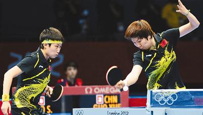 北京时间8日凌晨,李晓霞/郭跃在女团决赛双打比赛中奋力回球。