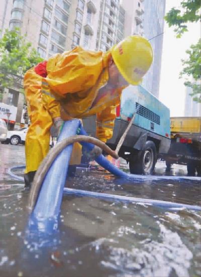 静安区市政员工正在排水