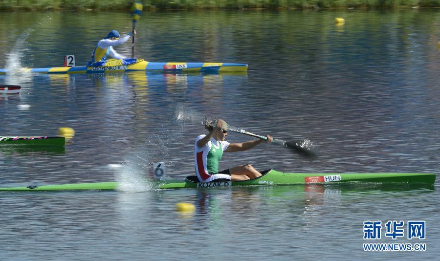 8月9日,匈牙利选手科扎克(下艇)和乌克兰选手奥西片科在比赛中。