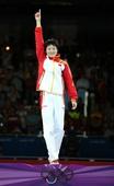 奥运图:跆拳道吴静钰卫冕冠军 站在颁奖台上