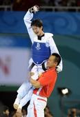 奥运图:跆拳道吴静钰卫冕冠军 被教练抱起