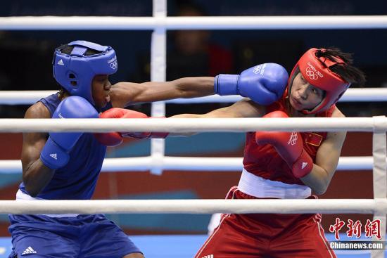 当地时间8月9日,2012年伦敦奥运会女子拳击51公斤级决赛,中国选手任灿灿不敌英国选手尼古拉·亚当斯,获得一枚银牌。图为中国选手任灿灿(红)在比赛中。记者 廖攀 摄