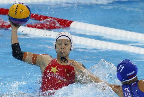 奥运图:中国女子水球险胜 高高跃起