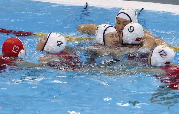 奥运图:中国女子水球险胜 庆祝胜利