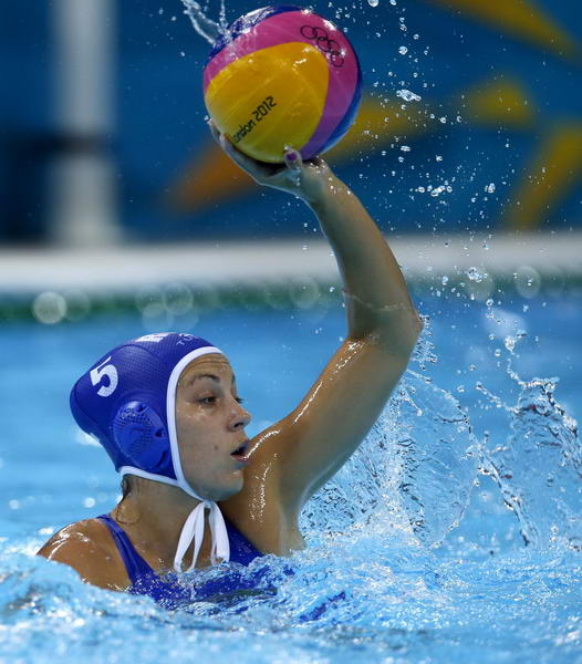 奥运图:中国女子水球险胜 准备传球