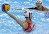 奥运图:中国女子水球险胜 准备射门