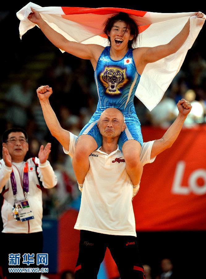 8月9日,日本选手吉田沙保里在庆祝胜利。当日,在伦敦奥运会女子自由式摔跤55公斤级决赛中,日本选手吉田沙保里以3比0战胜加拿大选手费尔贝克,夺得冠军。 新华社记者 格桑达瓦摄