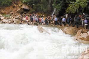 顾肖艳/被困在临安阳山坞的800多名游客安全转移。通讯员顾肖艳摄
