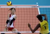 奥运图:巴西女排完胜进决赛 准备垫球