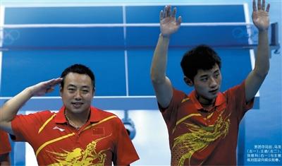 男团夺冠后,马龙(左一)、王皓(左二)、张继科(右一)与主教练刘国梁向观众致意。