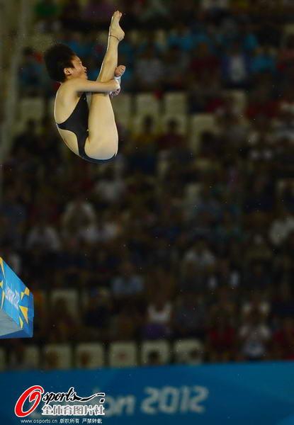 奥运图:陈若琳卫冕露甜美笑容 陈若琳起跳瞬间