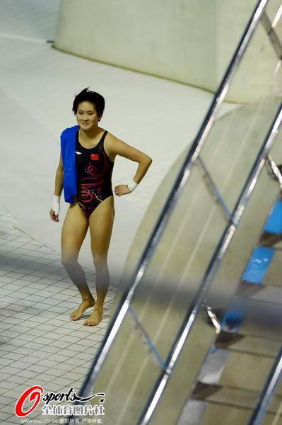 奥运图:陈若琳卫冕露甜美笑容 开心