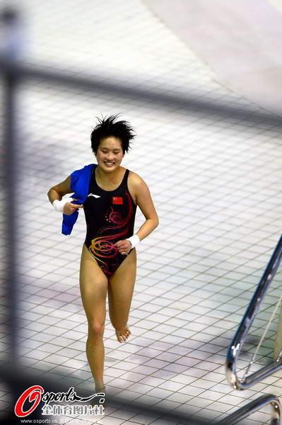 奥运图:陈若琳卫冕露甜美笑容 狂奔