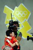 奥运图:陈若琳卫冕露甜美笑容 拥抱教练