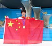 奥运图:陈若琳卫冕露甜美笑容 展开国旗