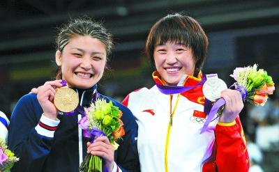 景瑞雪右与伊调馨在颁奖仪式上。新华社发