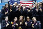 奥运图:美国水球克西班牙 美国队展示金牌