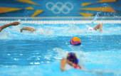 奥运图:美国水球克西班牙 争球