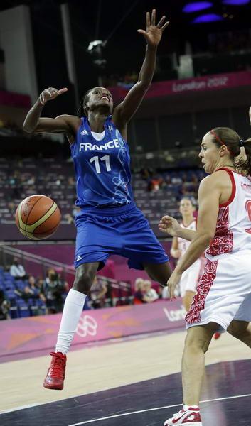 奥运图:法国女篮晋级决赛 哈蒙篮下防守