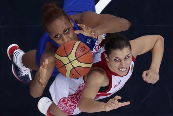奥运图:法国女篮晋级决赛 争抢篮板