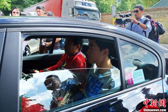 当地时间8月9日中午,刘翔抵达伦敦The Wellington Hospital 医院,接受手术治疗。图为刘翔乘车抵达医院。记者 富田 摄