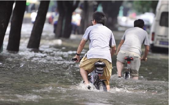 """浙江在线08月10日讯""""海葵""""肆虐,这个近20年来对宁波打击最严重的台风,带来了接连数日的狂风暴雨,让整个甬城都泡在水里。"""