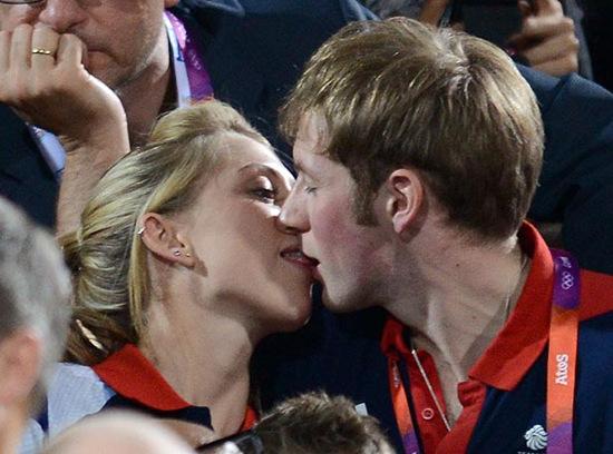 英国自行车赛场上的金童玉女忘情舌吻。