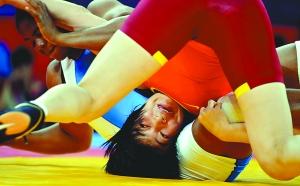 8月9日,中国选手王娇(右)在比赛中。