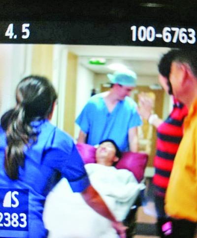 刘翔被推进手术室。