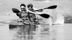 9日,在女子双人皮艇500米决赛中,中国选手吴亚男(左)/周玉获得第四名。 新华社发