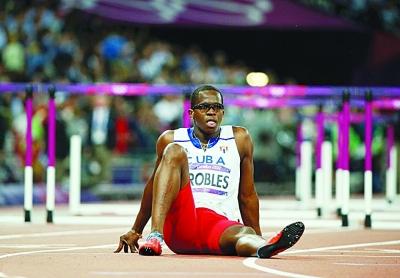 罗伯斯拉伤大腿退出比赛,眼睁睁看着对手绝尘而去。