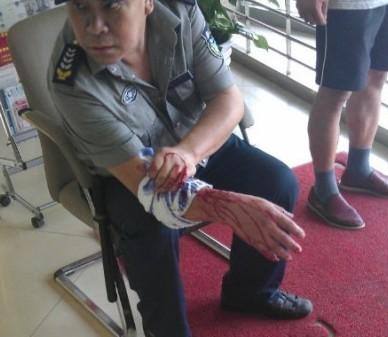 重庆一银行前发生枪击抢劫案 两人中枪倒地
