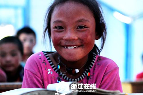 江村/10岁的藏族小女孩代青拉毛在地震中失去了母亲...