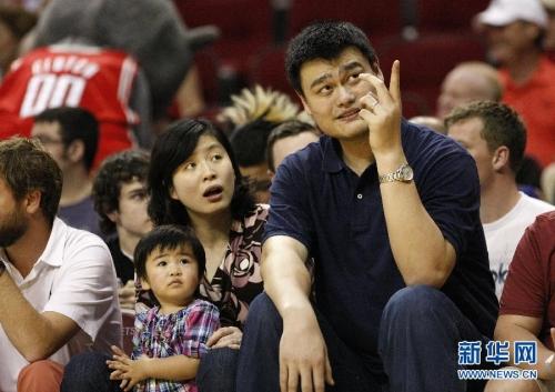 3月24日,姚明(前右)同妻子叶莉和女儿在场边观战。当日,在2011-2012赛季NBA常规赛中,休斯敦火箭队主场迎战达拉斯小牛队,原火箭队球员姚明携妻女到场观战。新华社发(宋穹摄)