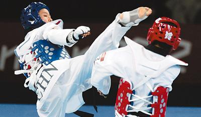 北京时间9日凌晨,吴静钰(左)在比赛中进攻。