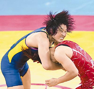 伦敦当地时间8月8日,景瑞雪(左)与伊调馨在决赛中。
