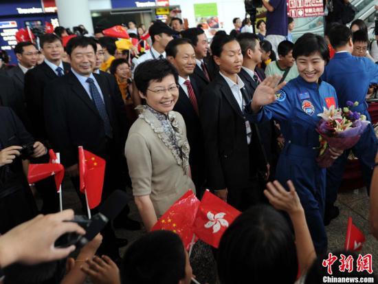 神九三航天员抵港访问 数百人围观盼再登火星