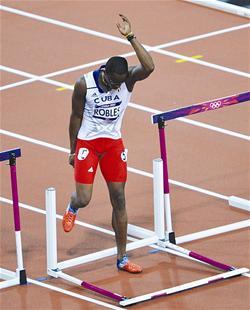 楚天都市报讯 男子110米栏决赛最大热门是美国选手梅里特,他拥有今年最好成绩12秒93。决赛他排在第五道,身边是卫冕冠军古巴名将罗伯斯。