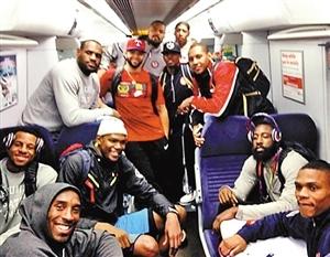 美国男篮集体挤地铁 没准科比LBJ就在你身边(图)