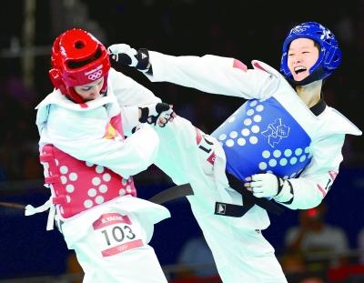 8月8日,中国选手吴静钰右在比赛中。新华社记者 李钢摄