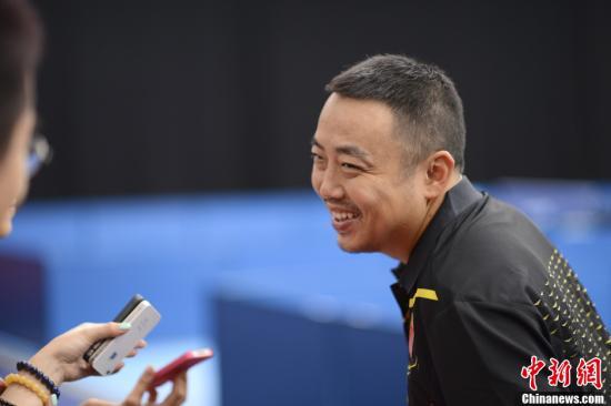 """当地时间7月23日,中国乒乓球队在伦敦训练,刘国梁在接受记者采访时披露马龙是男队中最能吃的""""大胃王""""。记者 廖攀 摄"""