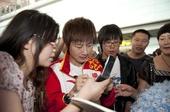 奥运图:中国乒乓球队载誉回国 丁宁为球迷签名