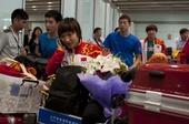 奥运图:中国乒乓球队载誉回国 刘诗雯走出机场