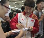奥运图:中国乒球队载誉归来 郭跃为粉丝签名