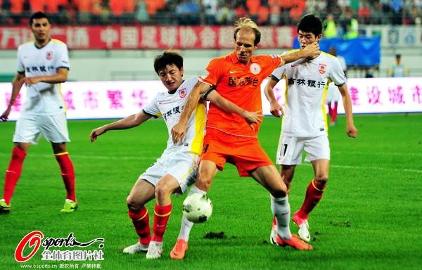 图文:贵州人和迎战长春亚泰 队员争球